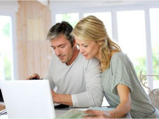 Couple faisant un devis en ligne pour des fenêtres