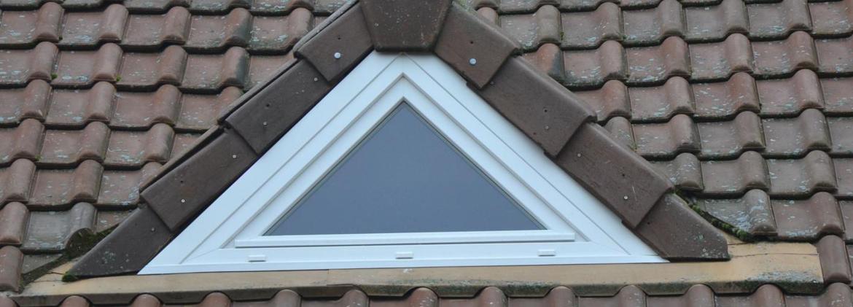 Fenêtres triangulaire en PVC pour créer une lucarne dans les combles d'une maison