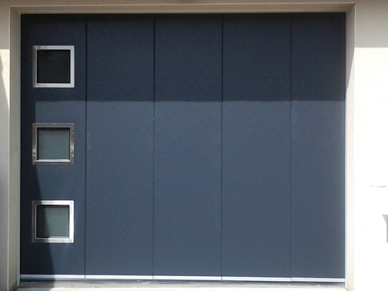 porte de garage lat rale couleur bleu avec hublots carr s. Black Bedroom Furniture Sets. Home Design Ideas